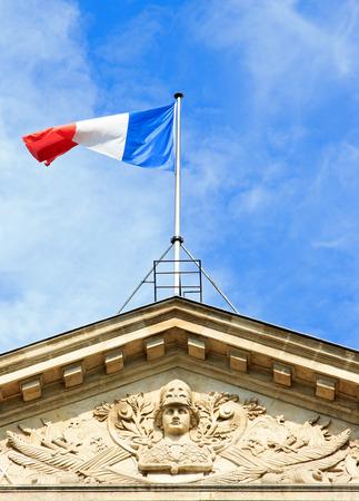 drapeau français flottant au vent et casqué la tête de la République (Paris, France)