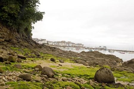la baie de Douarnenez, à marée basse au large du port. Un jour de mauvais temps sur la piste de Plomarc'h (Finistère, Bretagne, France)
