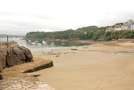 Le port de Douarnenez, plage à marée basse, un jour de mauvais temps (Bretagne, Finistère, France)