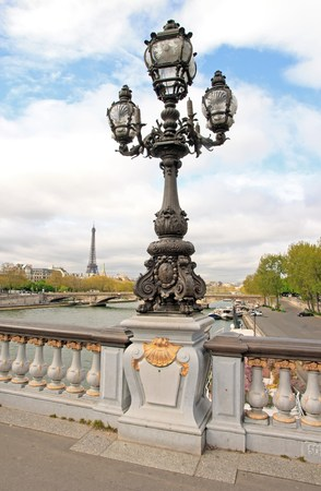 Candélabre du pont Alexandre III, 19ème siècle, le paysage de la distance: la Tour Eiffel (Paris France) Banque d'images