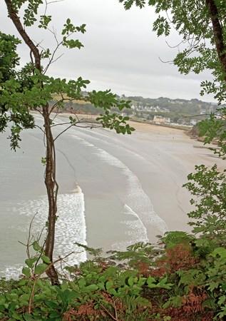 Douarnenez, une vue de la plage de Ris, à partir du chemin de Plomarc'h un mauvais jour météo (Finistère, Bretagne, France)