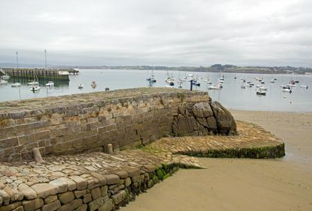 port de Douarnenez sur un jour de mauvais temps, l'accès à la plage à marée basse (Finistère, Bretagne, France)