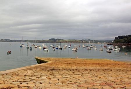 Port de Douarnenez, la jetée à marée basse. Un jour de mauvais temps dans le Finistère. (Bretagne, Finistère, France)