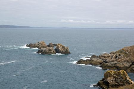 Cap Sizun, les rochers et les petites vagues, avec un jour de temps calme (Bretagne, Finistère, France)