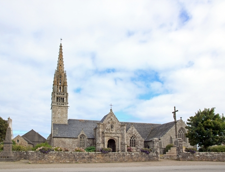 Eglise de Beuzec, architecture typique de Breton. Une journée par temps nuageux (Finistère, Bretagne, France)