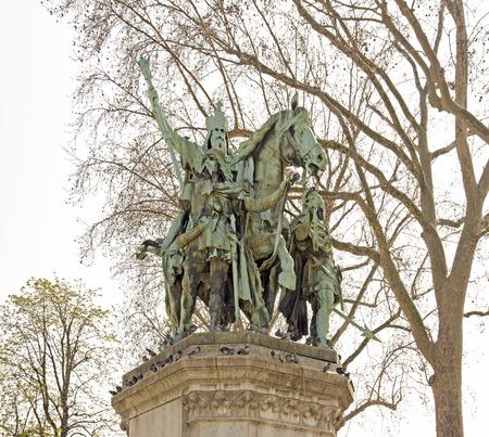 Charlemagne et ses vassaux (seigneurs), Olivier et Roland. Statue du 19ème XIXe siècle, sur la place de Notre Dame (Paris, France)