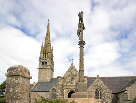 Eglise de Beuzec, le Christ sur la Croix. Par une journée nuageuse (Finistère, Bretagne, France) Banque d'images