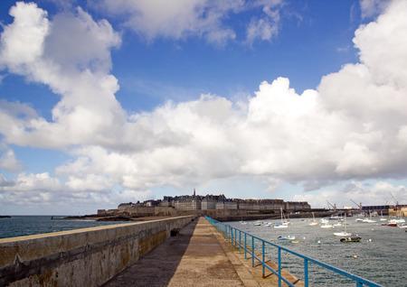 St Malo, une vue de la ville entre ombre et lumière (Bretagne France)