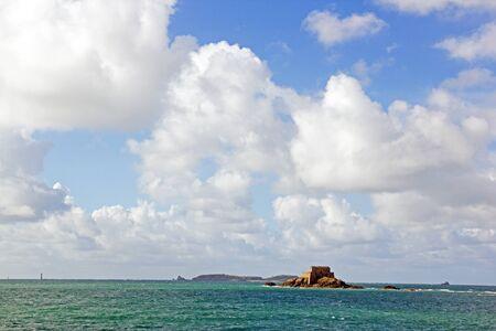 St Malo, fort du grand Bé écrasé par les nuages ??(Bretagne, France)