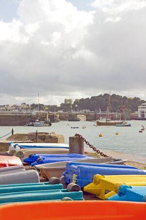 St Malo, petits bateaux de toutes les couleurs (Bretagne France) Banque d'images
