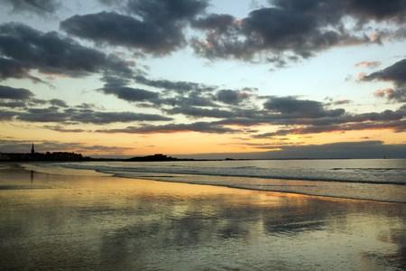 Coucher de soleil sur la plage et la ville de St Malo (Bretagne, France)