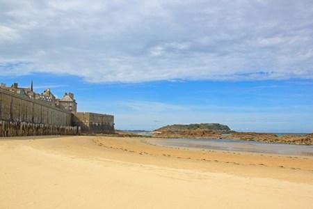 Plage à marée basse et ville de St Malo (Bretagne France)