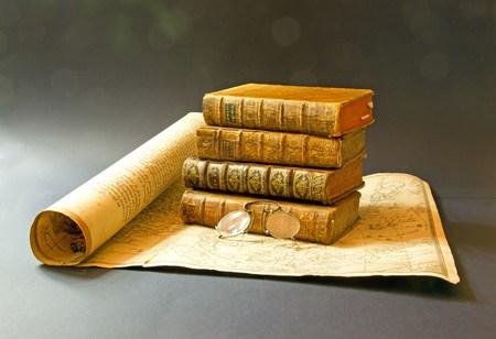 Carte et livres anciens (18ème et 19ème siècle). Paire de lunettes. Une expédition en préparation.
