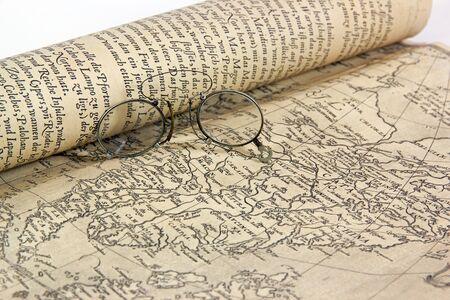 Carte ancienne (du XIXème siècle) et verres. Une expédition en préparation. Banque d'images