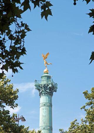 Le génie de la Bastille niché dans la verdure (Paris France)