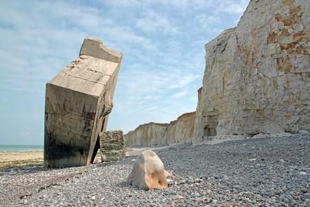 Blockhaus inversé de Sainte-Marguerite-sur-mer. Cailloux, rochers et falaises. (Baie de Somme France)