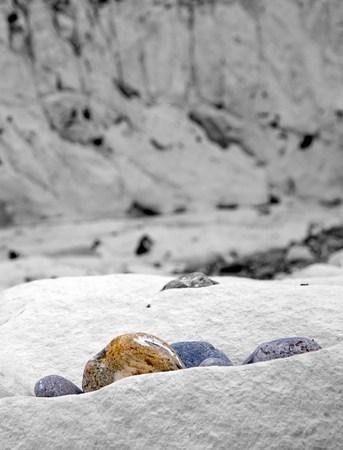 Des cailloux de couleurs dans un univers en noir et blanc (Saint Marguerite sur la mer, Somme Bay, France). Banque d'images