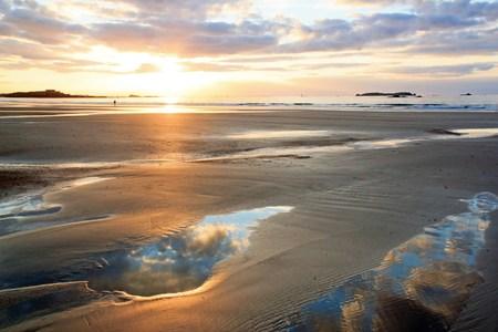 Coucher de soleil romantique sur la plage de St Malo (Bretagne, France) Banque d'images