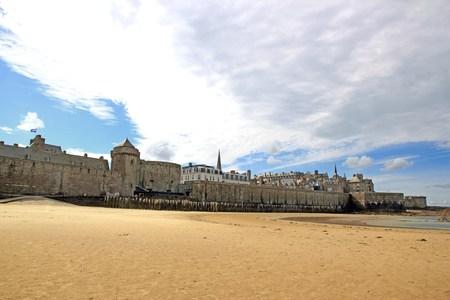 Ville de St Malo à marée basse Bretagne France Éditoriale