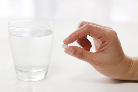 女性の手や薬