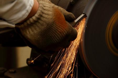 町の工場でグラインダー