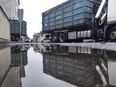 industrieel: Vrachtwagens in industriegebied
