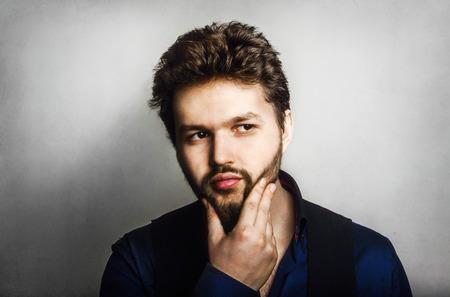 hombre con barba: yong hombre retrato barbudo