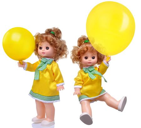 muneca vintage: Mu�eca de la vendimia en vestido amarillo con el conjunto de globo de aislados en blanco