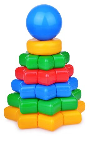 logica: Pyramide del juguete lógico con elementos de la estrella aislada en el fondo blanco