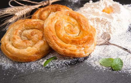 Bäckerei Hintergrund - hausgemachte Käsekuchen am schwarzen Brett