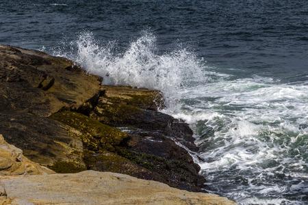 Waves crashing on rocky shore Banco de Imagens