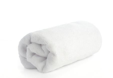 opgerolde witte handdoek op een witte achtergrond