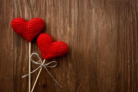 love card: Corazones del amor en la textura de fondo de madera, concepto de tarjeta del d�a de san