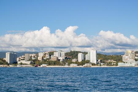 Blick auf die Stadtküste tagsüber vom Meer aus
