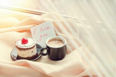 te negro: Nota Te amo con la taza de caf� y torta junto a la ventana y la nieve fuera. desayuno de invierno acogedor. Buenos d�as. Feliz d�a de San Valent�n. Be my Valentine Nota. Desayuno para un ser querido.