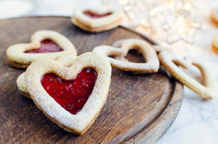 Heart shaped Linzer cookies with jam for Valentine's day on marble 免版税图像