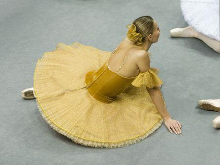 La ballerina si siede su un pavimento