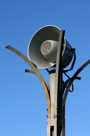 Megaphone sulla strada sullo sfondo del cielo Archivio Fotografico