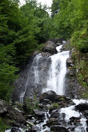 Cascata bella montagna nella gola  Archivio Fotografico