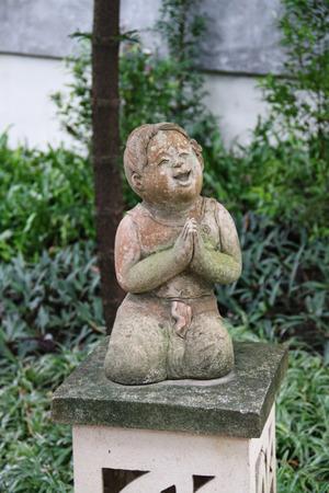 statue of praying thai woman