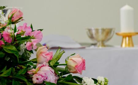 霊柩車や葬儀の前に礼拝堂でカラフルな棺のクローズ アップ ショット