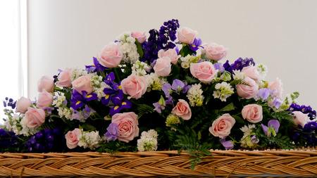 bliska strza? z kolorowych trumny w hearse lub kaplicy przed pogrzebem lub pochówku na cmentarzu