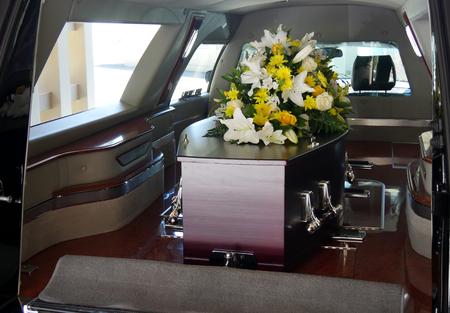 Closeup colpo di un cofanetto colorato in un carro armato o cappella prima di funerale o sepoltura al cimitero Archivio Fotografico - 83930222