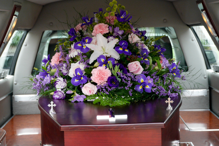 Nahaufnahmeschuß einer bunten Schatulle in einem Leichenwagen oder in einer Kapelle vor Beerdigung oder Beerdigung am Kirchhof