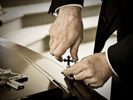 장례식이나 묘지에서 매장하기 전에 영구차 또는 예배당에서 다채로운 관의 근접 촬영 총