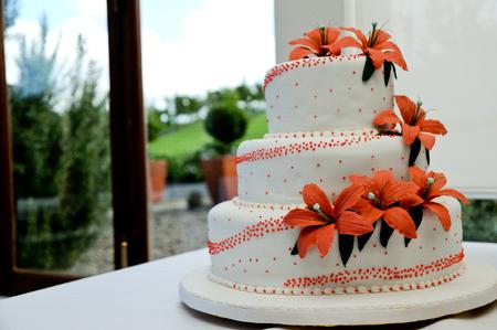 Schuss von Hochzeitstorte und Dekoration und Blume Standard-Bild - 89355337