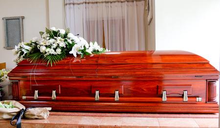 closeup Schuss von einem bunten Schatulle in einem Leichenwagen oder Kapelle vor Beerdigung oder Beerdigung auf Friedhof Standard-Bild
