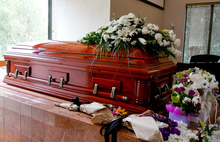 Closeup colpo di un cofanetto colorato in un carro armato o cappella prima di funerale o sepoltura al cimitero Archivio Fotografico - 90803964