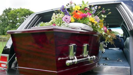 zbliżenie strzał kolorowe trumny w karawanie lub kaplicy przed pogrzebem lub pochówkiem na cmentarzu