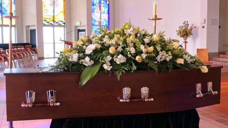 Gros plan d'un cercueil funéraire dans un corbillard ou une chapelle ou un enterrement au cimetière
